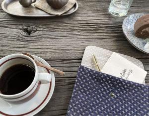 刺し子織のポーチとコーヒーとケーキ ハナヨウヒン